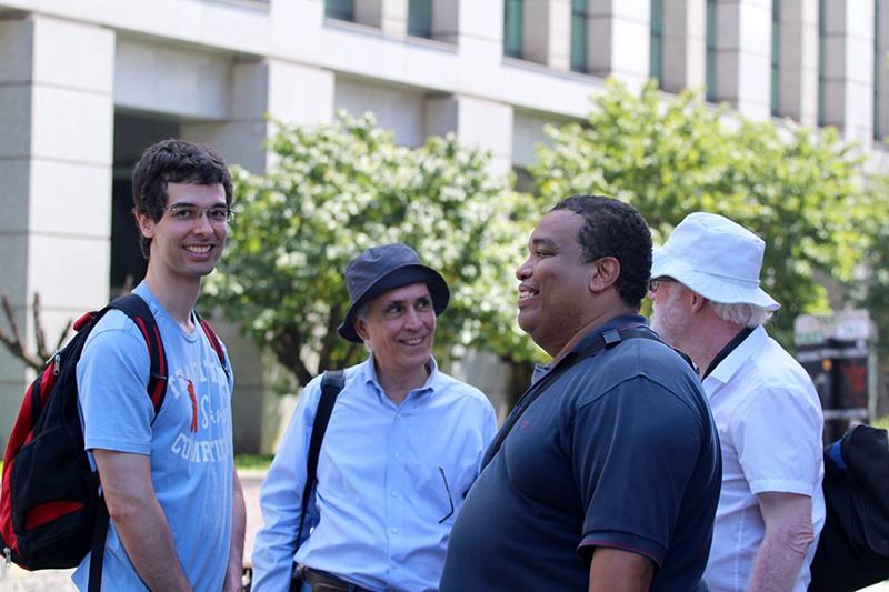 Fotografia de Tadayoshi Wakami. Fotógrafos sorridentes e felizes batendo um papinho entre uma foto e outra. Da esquerda para direita: Eu, Claudio, José Luiz e Giancarlo.