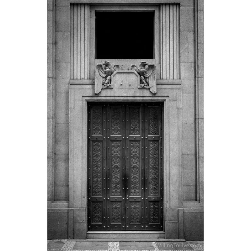One of the doors of B3 (São Paulo Stock Exchange) | 45mm equiv.; f5,6; 1/40; ISO 200