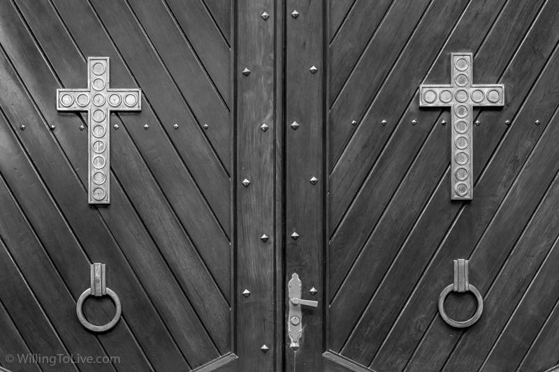 One of the doors of Catedral da Sé| 88mm equiv.; f11; 1/60; ISO 800