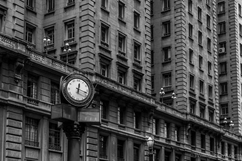 The clock sets the pace of São Paulo | 64mm equiv.; f4; 1/200; ISO 100